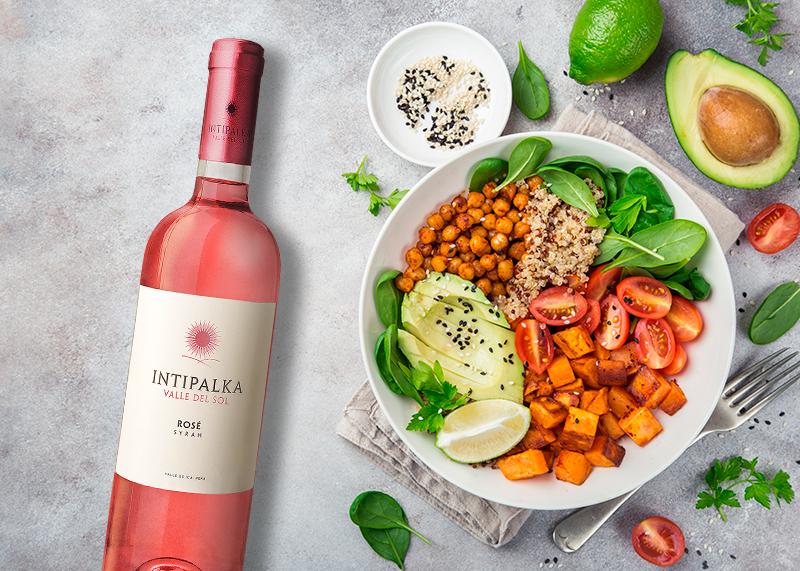 Het combineren van veganistisch gerechten en wijnen